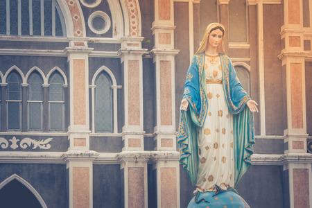 축복받은 성모 마리아 동상 Chanthaburi 지방, 태국에서 공공 장소는 로마 카톨릭 교구 앞에 서. 스톡 콘텐츠