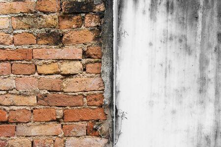 Abstract beeld van de textuur grunge achtergrond van de haft rode bakstenen muur met zwart-witte achtergrond.
