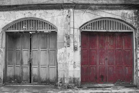 Architectuur oude paarse houten deur met vintage gebouwen in Europese stijl.