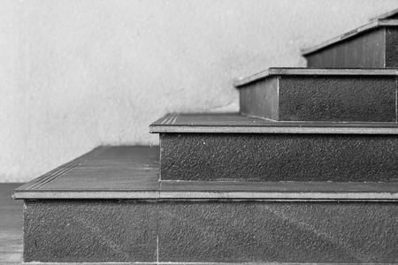 Zijaanzicht van zwarte trap met witte achtergrond. (Zwart en wit filtereffect) Stockfoto