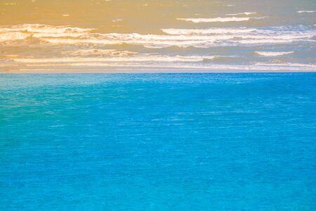 Blauw water in zwembad bij de toevlucht met overzeese mening en zonlichtachtergrond in uitstekende stijl. (Selectieve focus)