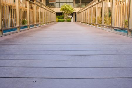 Houten wandelpad oversteken zwembad buiten het resort. (Herfstfiltereffect) Stockfoto