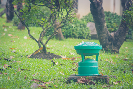 Groene tuinlamp voor openlucht op groen gras in openbaar park.