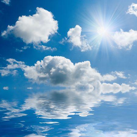blauwe zee en zonnige hemel achtergrond