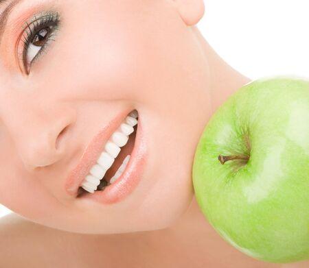ni�a comiendo: dulce ni�a de comer manzana verde sobre fondo blanco Foto de archivo