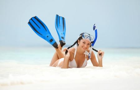 schwimmflossen: Gl�ckliche Frau mit Schnorchelausr�stung am Strand