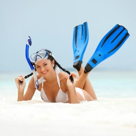 flippers: Mujer feliz con el equipo de snorkel en la playa