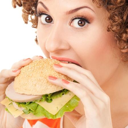 eating: Femme Fun avec sandwich sur le fond blanc