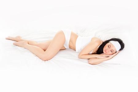 mujer en la cama: Mujer linda duerme en la cama blanca