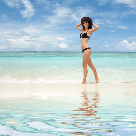 maillot de bain fille: Femme sexy sur la plage