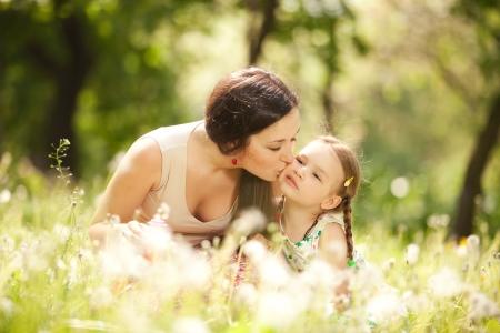 madre e hija: Madre e hija en el parque