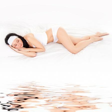 woman bed: Mujer linda duerme en la cama blanca