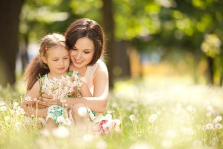 felicidad: Madre e hija en el parque