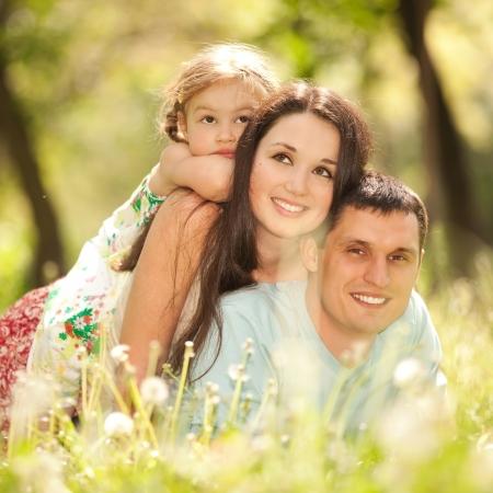 gente saludable: Feliz madre, padre e hija en el parque