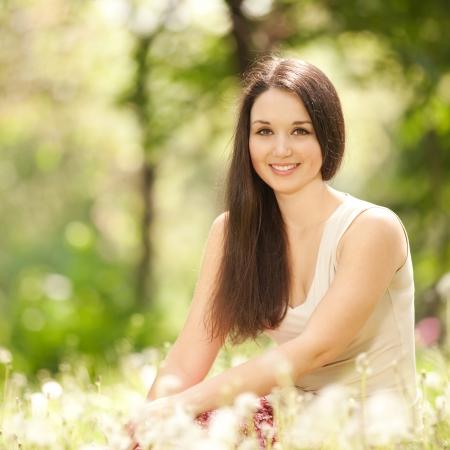 pelirrojas: Mujer linda en el parque con los dientes de le�n