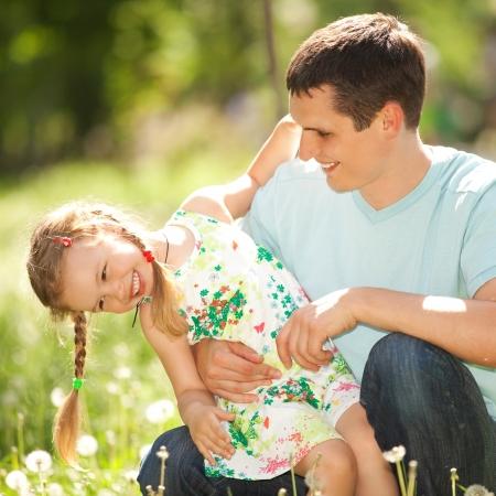 pere et fille: P�re et fille dans le parc Banque d'images