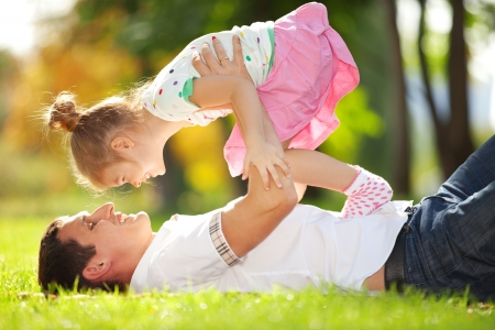 padres: padre e hija en el parque Foto de archivo
