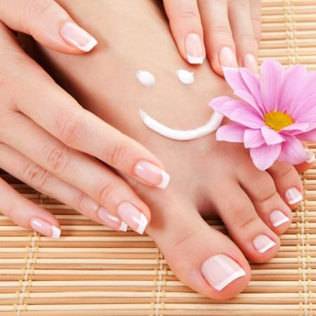 manicura: el cuidado de piernas de mujer hermosa