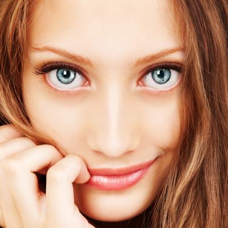 ojos hermosos: Retrato de una mujer joven con el pelo hermoso y ojos azules