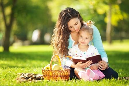 convivencia familiar: Madre con la hija en el parque Foto de archivo