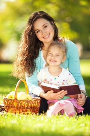 persona feliz: Madre con la hija en el parque Foto de archivo