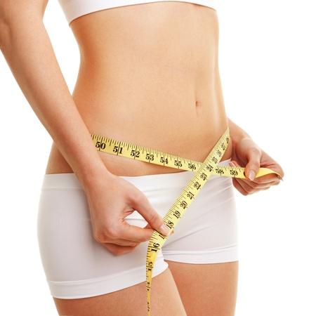 허리의 잘룩 한 선: 측정 테이프와 여자