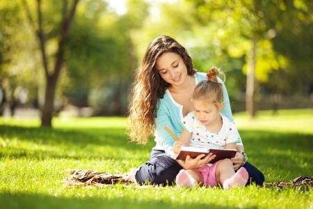 family picnic: Madre con la hija en el parque Foto de archivo