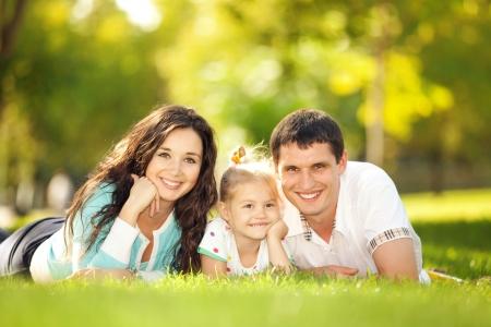 Glückliche Mutter, Vater und Tochter im Park