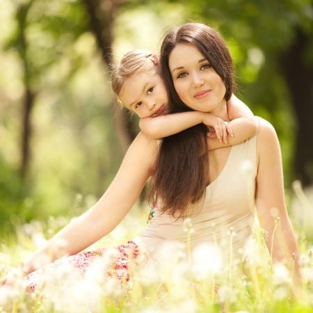 persona feliz: Madre e hija en el parque