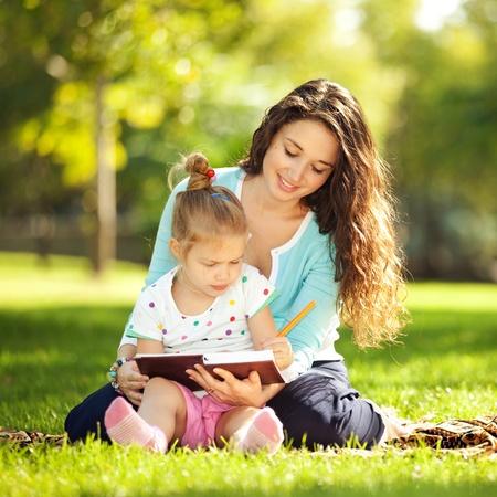 familia pic nic: Madre con la hija en el parque Foto de archivo