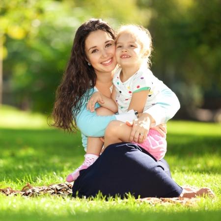 family picnic: Madre con hija en el parque Foto de archivo