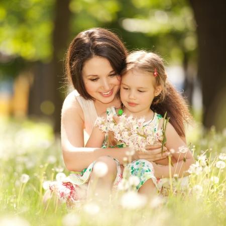 Mutter und Tochter im Park Standard-Bild - 17014765