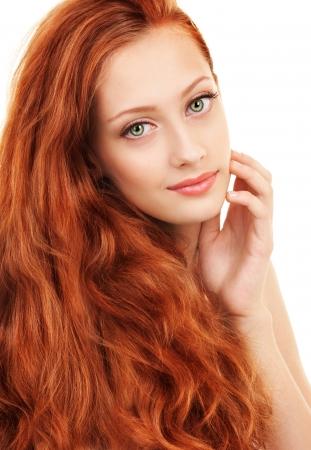 pelo rojo: Retrato de una mujer joven con el pelo rojo y los ojos verdes Foto de archivo