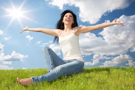 gelukkige jonge vrouw droomt om te vliegen op wind