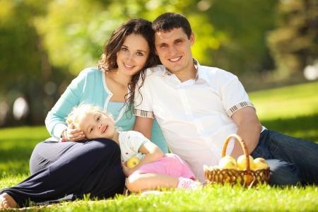 Gelukkig gezin met een picknick in de groene tuin