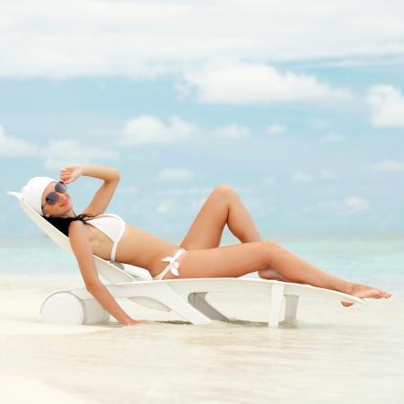 sunbath: Gelukkig mode vrouw rusten op het strand