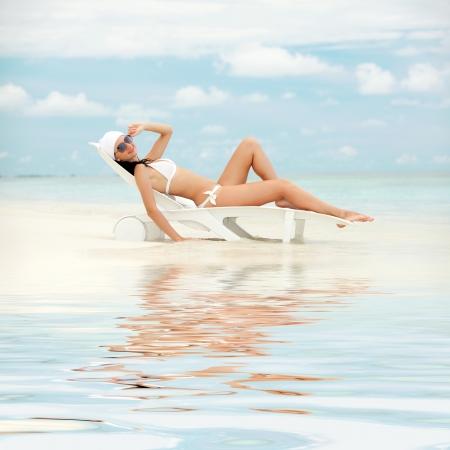 Glücklicher weise Frau Rest auf dem Strand Standard-Bild - 19263524