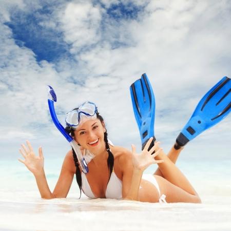 flippers: Mujer feliz con equipo de snorkel en la playa