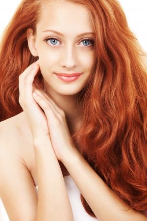 tratamiento capilar: Retrato de una mujer joven con un cabello hermoso