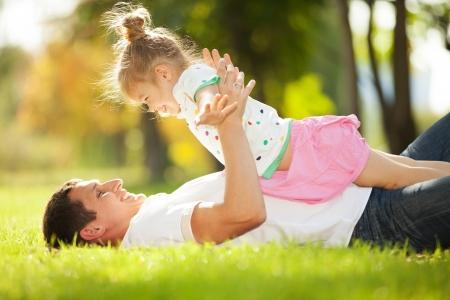 ni�os jugando en el parque: padre e hija en el parque Foto de archivo