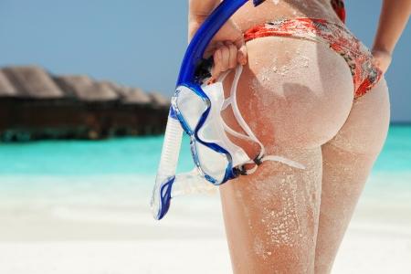 asno: Sexy mujer de arena con el equipo de buceo en la playa de fondo