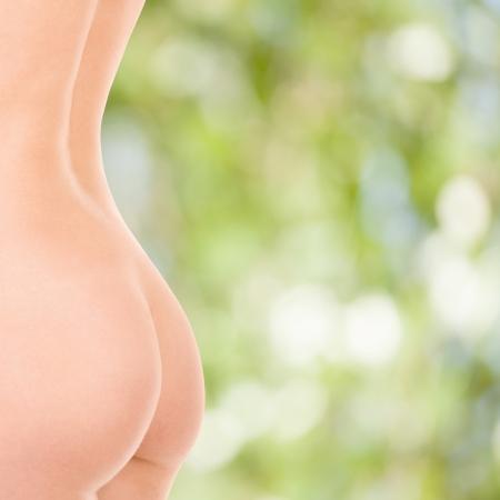 nalga: Mujer de cuerpo en el fondo de la naturaleza