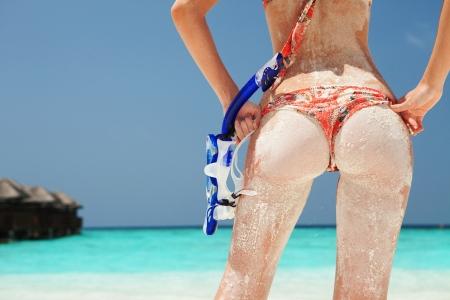 Sexy Frau mit sandigen Schnorchelausr?stung am Strand Hintergrund Standard-Bild - 19890799