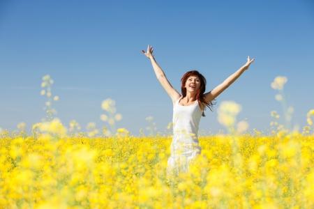 花が畑でかわいい女性 写真素材