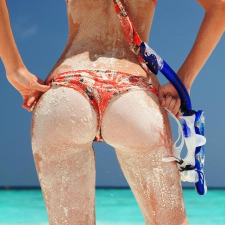 Sexy Frau mit sandigen Schnorchelausr?stung am Strand Hintergrund Standard-Bild - 20772272