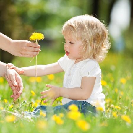 al�rgico: Madre e hija jugando en el parque