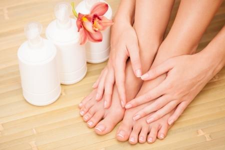 pedicura: el cuidado de piernas de una mujer hermosa Foto de archivo