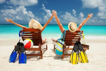 Glückliche Paare auf dem Strand des Meeres Standard-Bild - 22251650