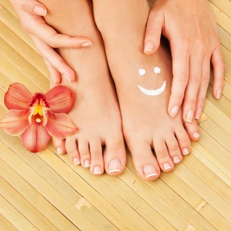 Pflege für schöne Frau Beine Standard-Bild - 22284592