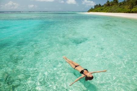 Frau entspannt im Meer Standard-Bild - 22426620